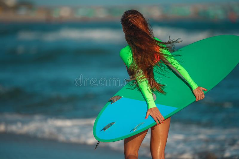 Surfista bonito da jovem mulher foto de stock