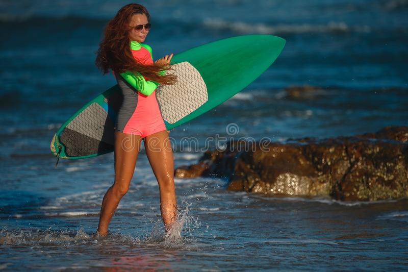 Surfista bonito da jovem mulher fotografia de stock royalty free