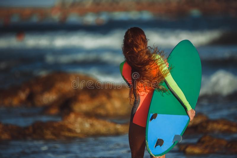 Surfista bonito da jovem mulher fotos de stock royalty free