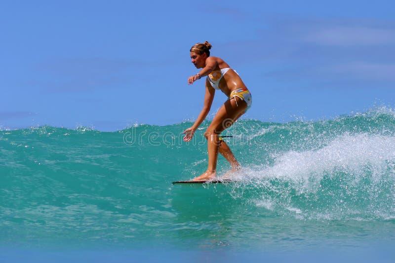 Surfista Brooke Rudow que surfa em Havaí imagem de stock
