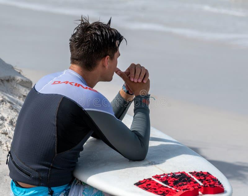 Surfista che guarda il golfo del Messico fotografia stock libera da diritti