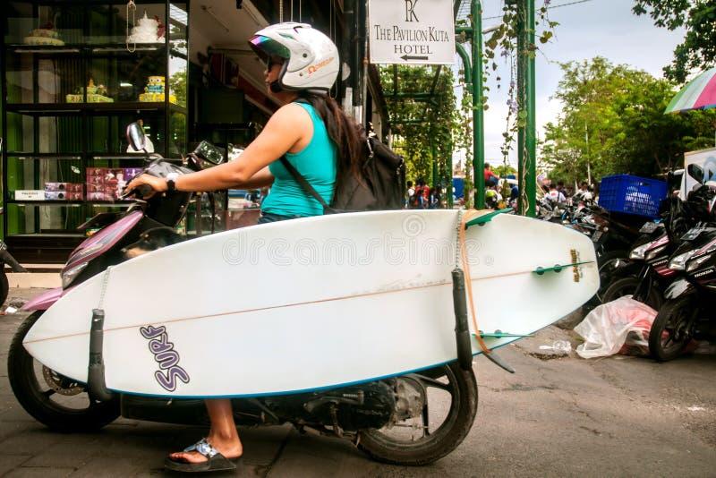 Surfista com placa e motocicleta fotografia de stock royalty free