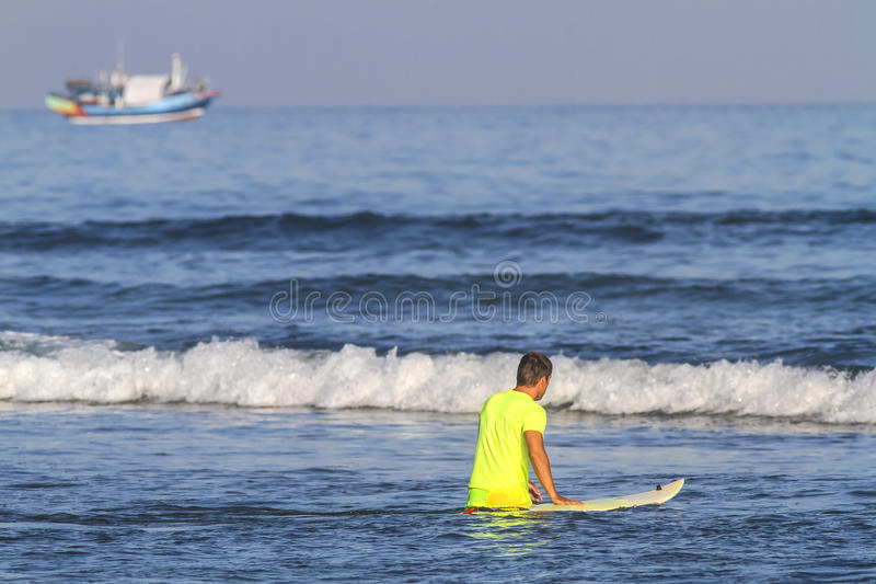 Surfista con il suo surf. fotografie stock libere da diritti
