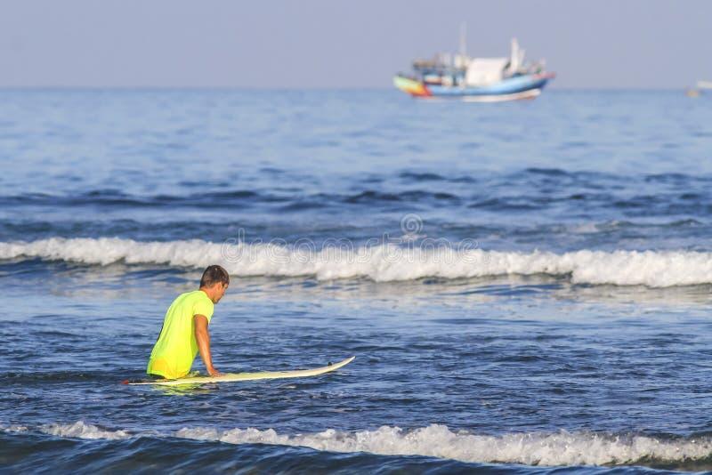 Surfista con il suo surf. fotografia stock