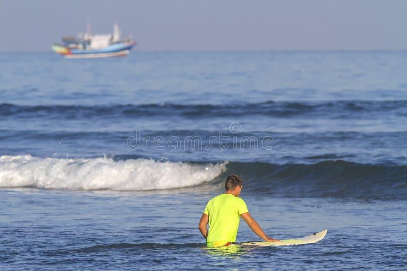 Surfista con il suo surf. fotografia stock libera da diritti