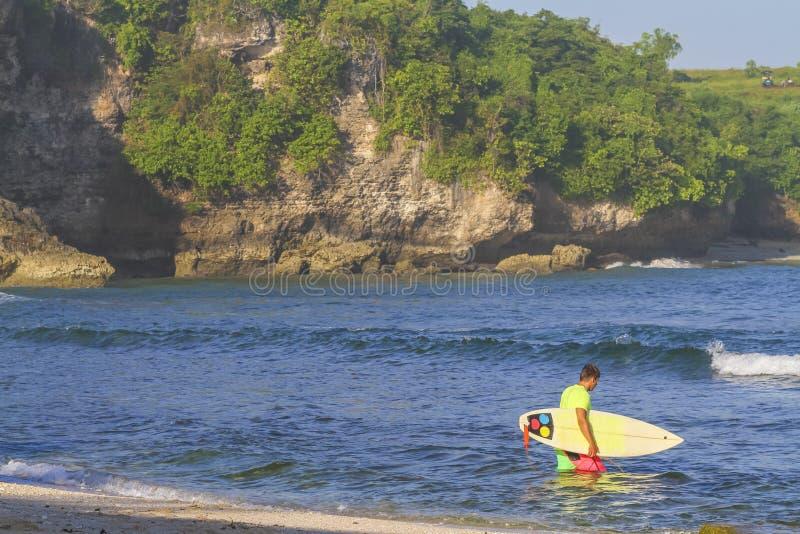 Surfista con il suo surf. immagini stock libere da diritti