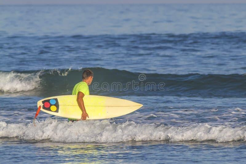 Surfista con il suo surf. immagine stock