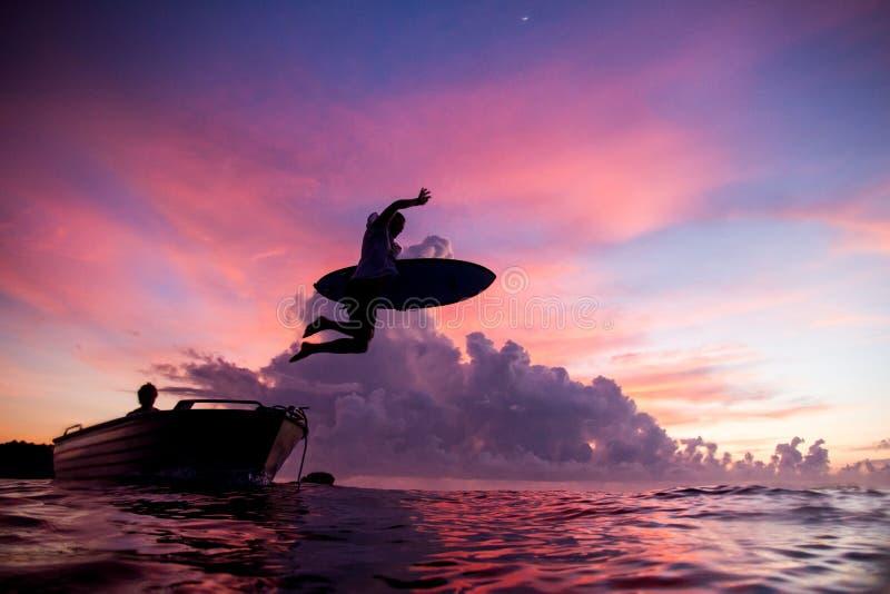Surfista cor-de-rosa do céu no nascer do sol fotos de stock