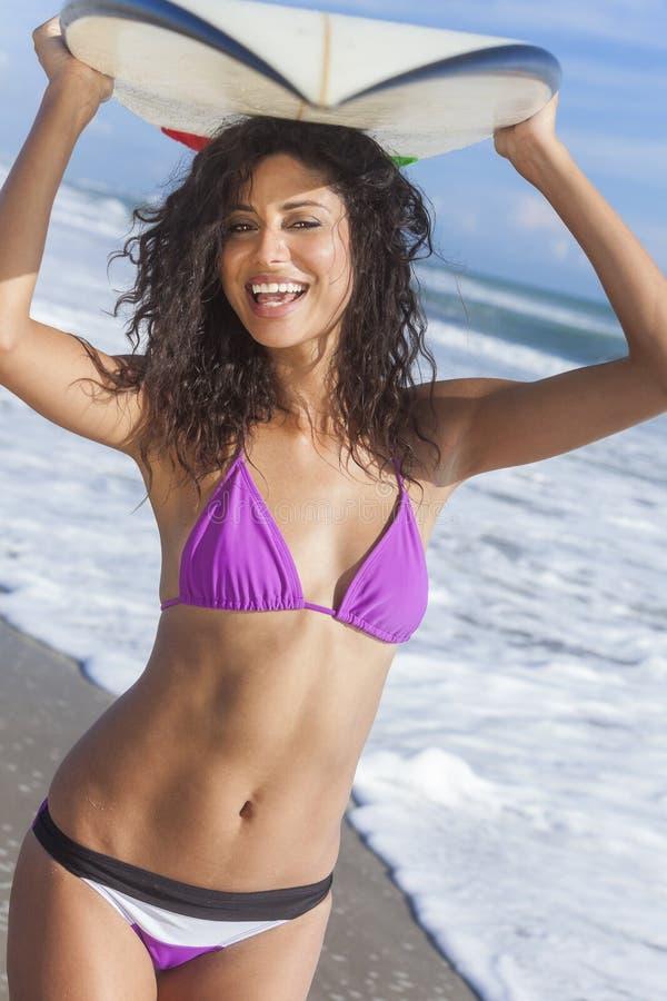 Surfista da menina da mulher do biquini & praia bonitos da prancha imagens de stock royalty free