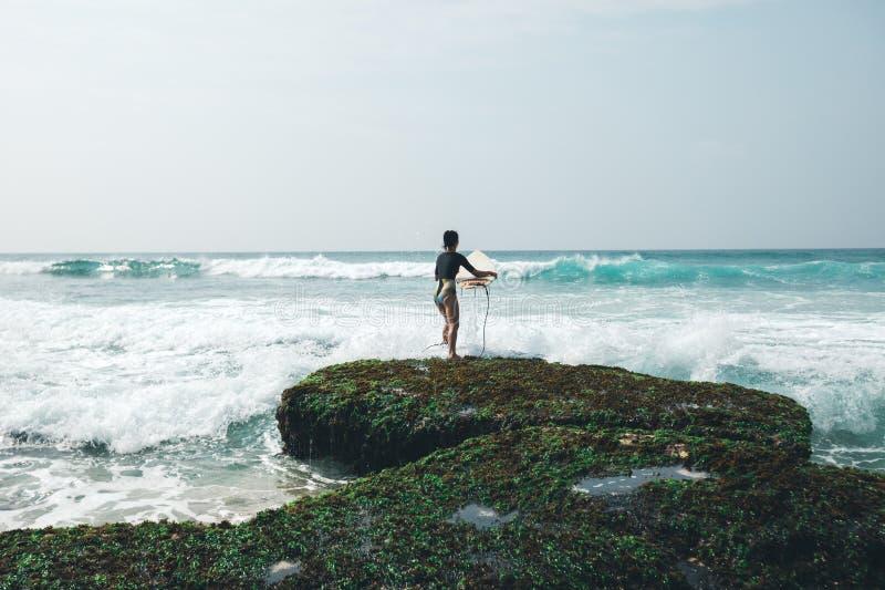 Surfista della donna con il surf immagine stock libera da diritti