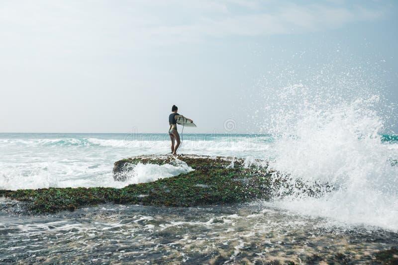 Surfista della donna con il surf fotografia stock libera da diritti