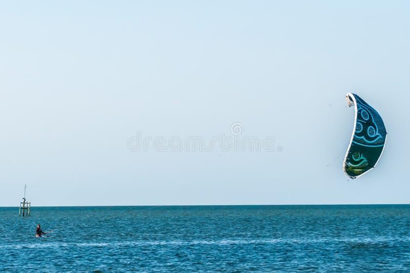 Surfista di Para nella baia del suono di pamlico fotografia stock libera da diritti