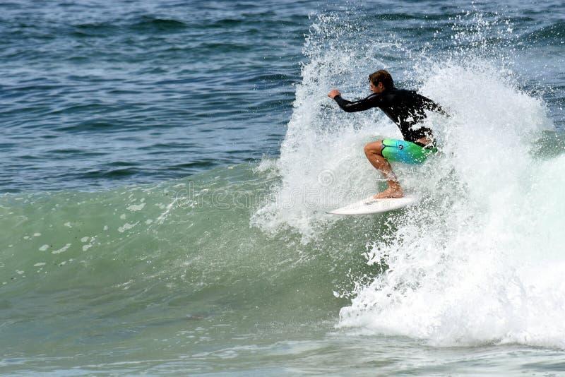 Surfista dilettante che pratica il surfing sulla spiaggia immagine stock libera da diritti