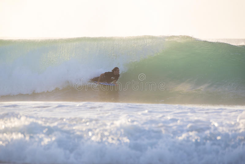 Surfista do corpo que monta uma onda perfeita foto de stock royalty free
