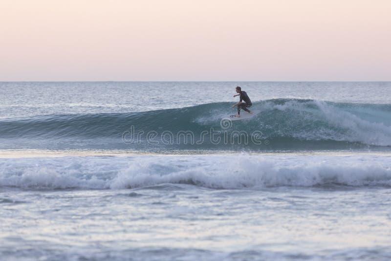 Surfista do corpo que monta uma onda perfeita fotografia de stock royalty free