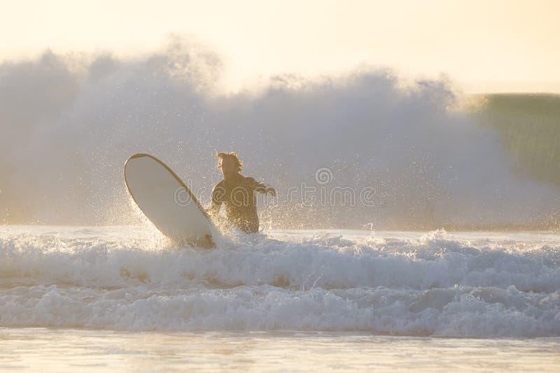 Surfista do corpo que monta uma onda perfeita imagens de stock