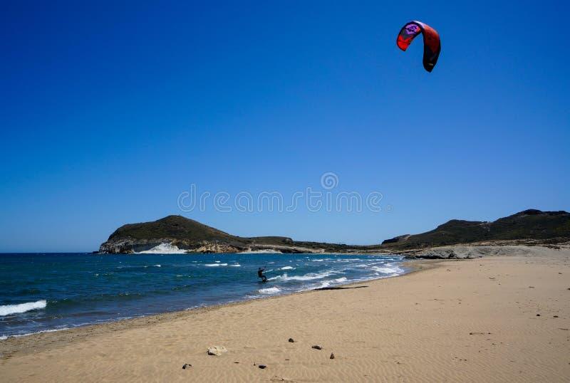 Surfista do papagaio na praia Genoese no parque natural de Cabo de Gata-Nijar, fotos de stock royalty free