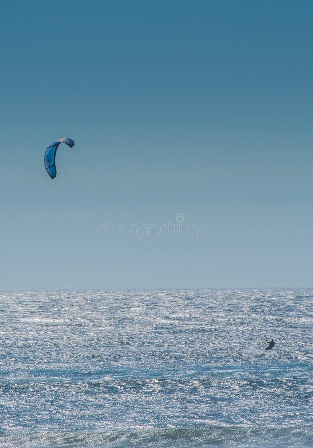 Surfista do papagaio no Oceano Pacífico fotos de stock royalty free