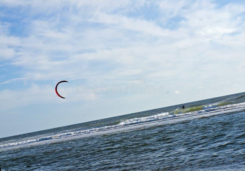 Surfista do papagaio para fora no oceano imagens de stock