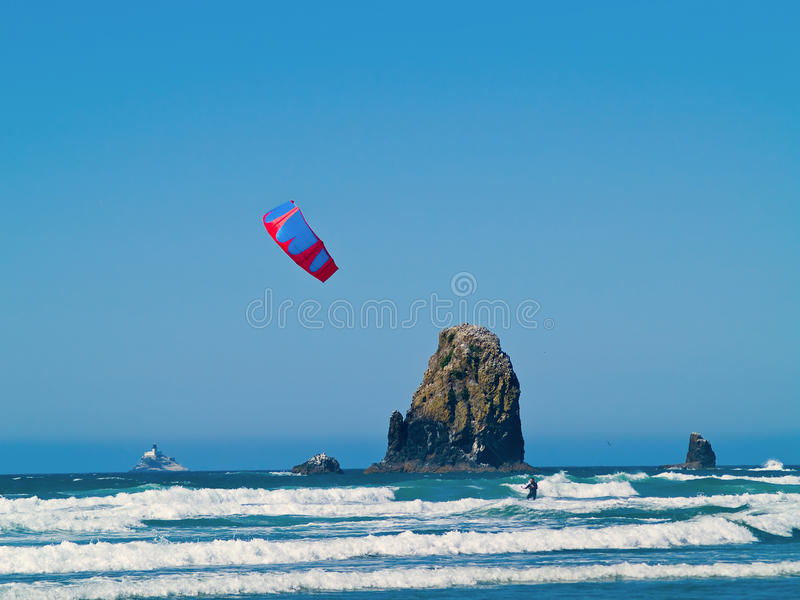 Surfista do papagaio para fora no oceano imagens de stock royalty free