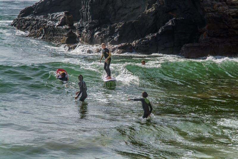 Surfista em Ribeira de Ilhas Praia em Ericeira Portugal imagem de stock