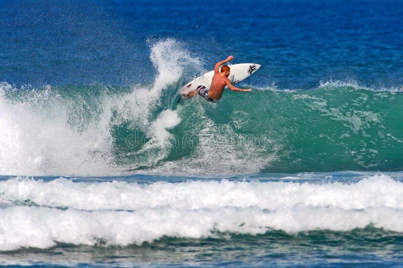 Surfista Evyn Tyndzik che pratica il surfing a Honolulu, Hawai immagine stock