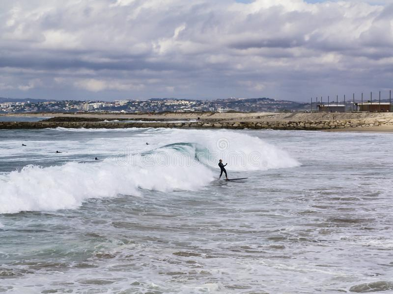 Surfista feliz após a onda perfeita imagem de stock