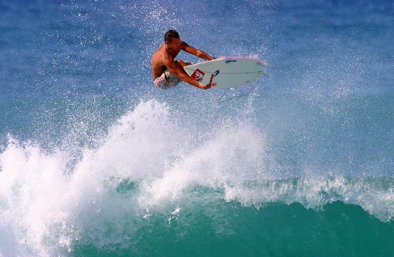 Surfista Fred Patacchia que surfa em Havaí imagens de stock royalty free