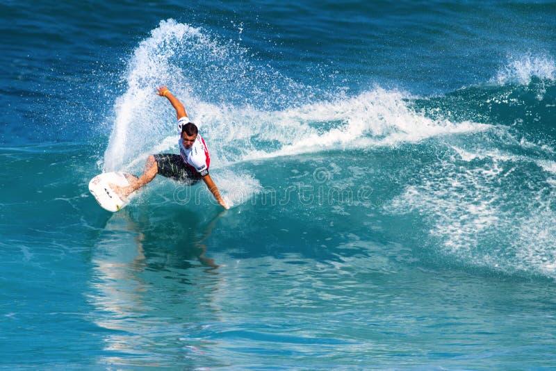Surfista Gabe Kling che pratica il surfing nei supervisori della conduttura immagini stock