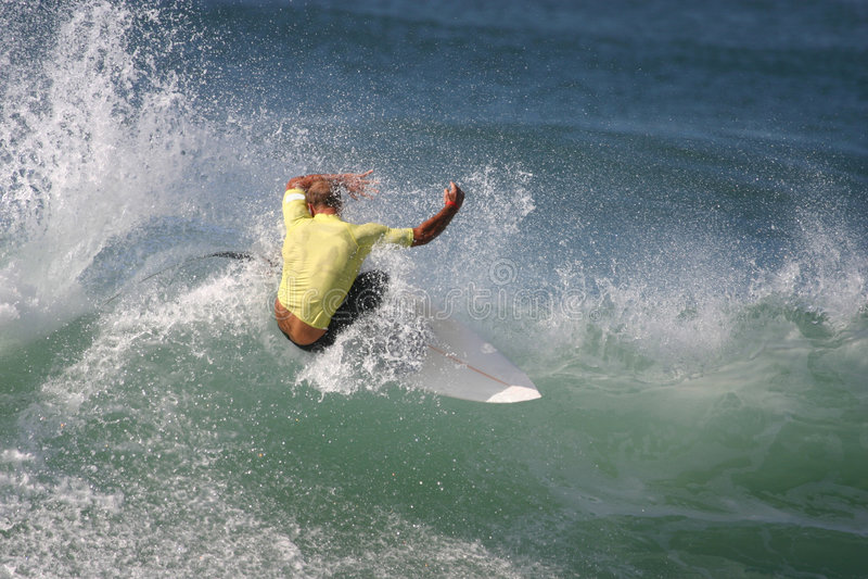 Surfista giallo fotografia stock libera da diritti