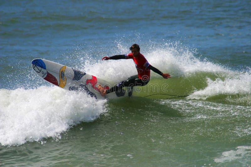 Surfista Josh Baxter que surfa em Anglet, France fotos de stock royalty free