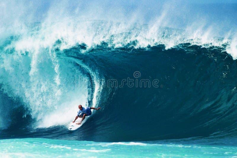 Surfista Kelly Slater che pratica il surfing conduttura in Hawai fotografia stock