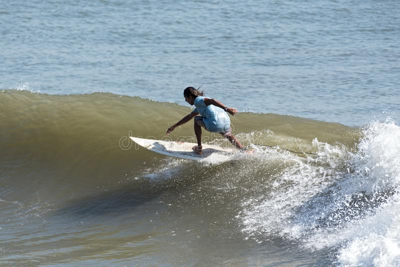 Surfista não identificado na Costa do Pacífico em Panamá fotos de stock