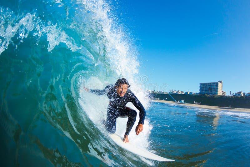 Surfista na onda de oceano azul