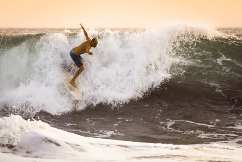 Surfista na onda de oceano selvagem em Bali fotografia de stock