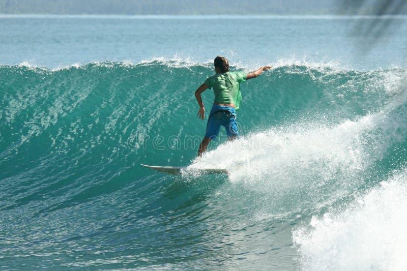 Surfista na onda verde perfeita imagens de stock royalty free