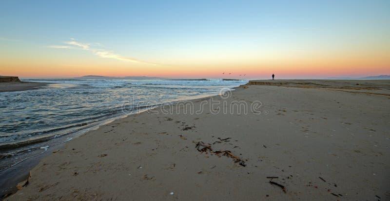 Surfista na patrulha do alvorecer com a opinião do nascer do sol de Santa Clara River que flui no Oceano Pacífico em Ventura Cali fotos de stock royalty free