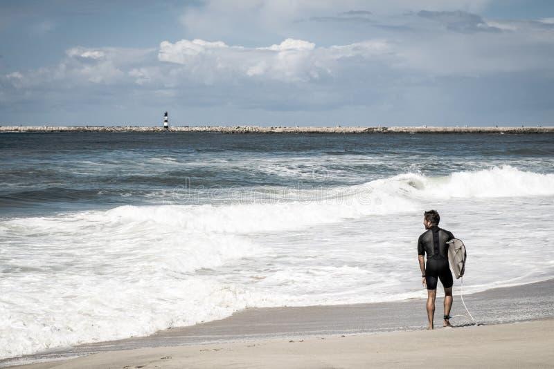 Surfista na praia com ondas foto de stock
