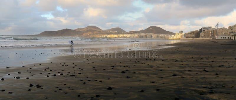 Surfista na praia em Las Palmas de Gran Canaria imagens de stock