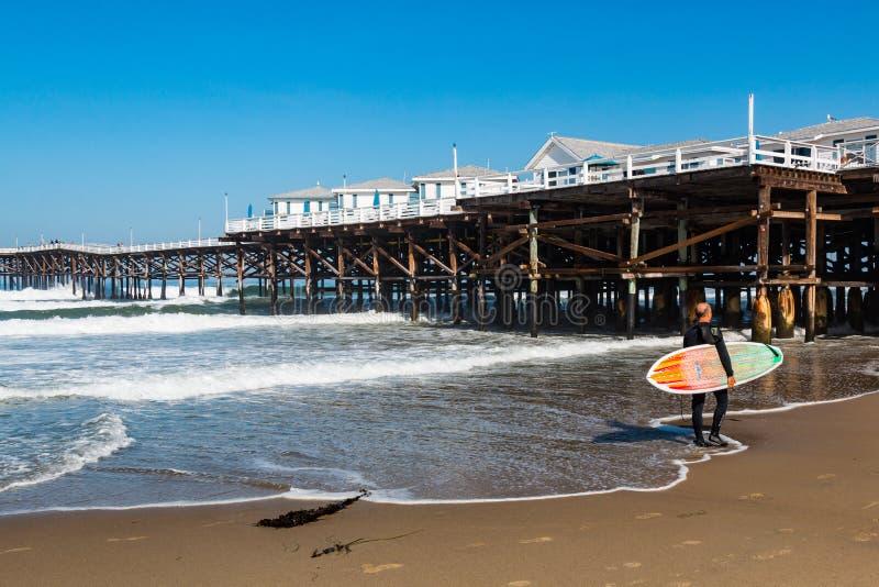 Surfista na praia pacífica em San Diego fotografia de stock