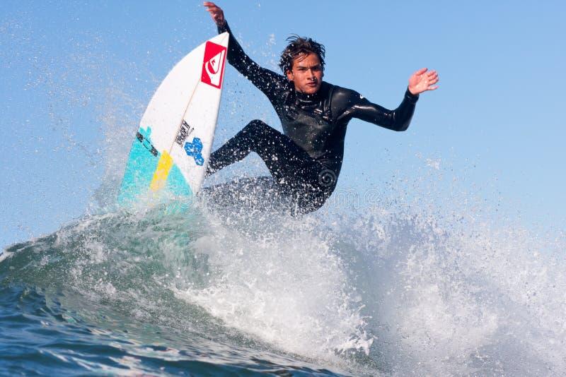 Surfista Nic Hdez Surfing em Califórnia fotografia de stock
