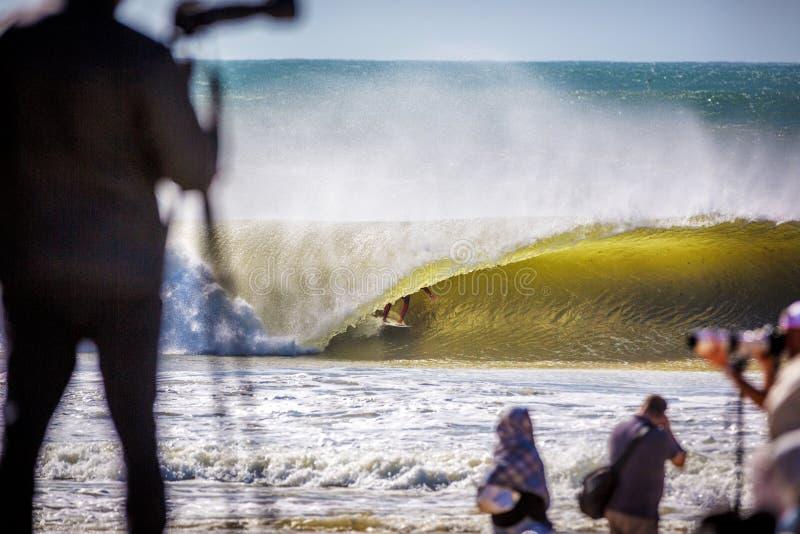 Surfista pegando um tubo perfeito na praia de Peniche, na costa de Portugal imagem de stock