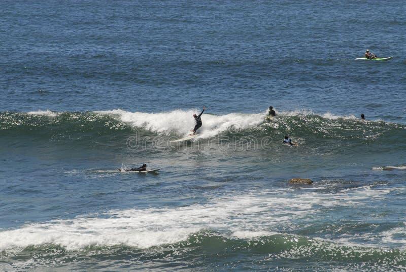 Surfista più anziano che cade mentre guidando Wave fotografia stock