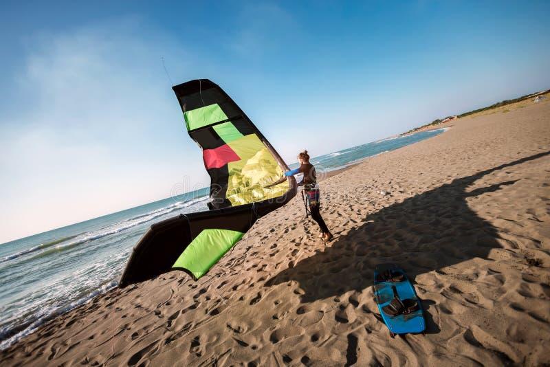 Surfista profissional do homem caucasiano que est? no Sandy Beach com seu papagaio imagem de stock royalty free