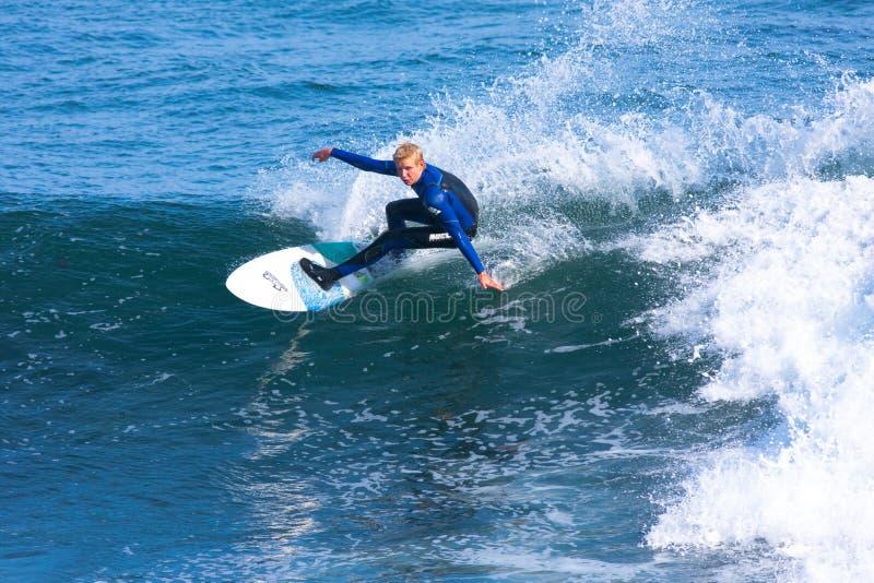 Surfista profissional Richie Schmidt Surfing California fotos de stock royalty free