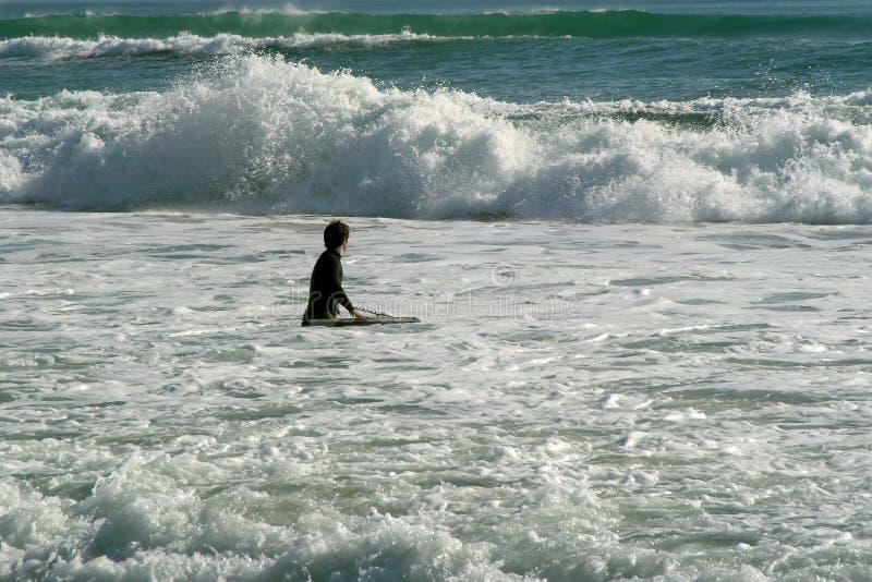 Surfista que enfrenta as ondas, ressaca fotos de stock