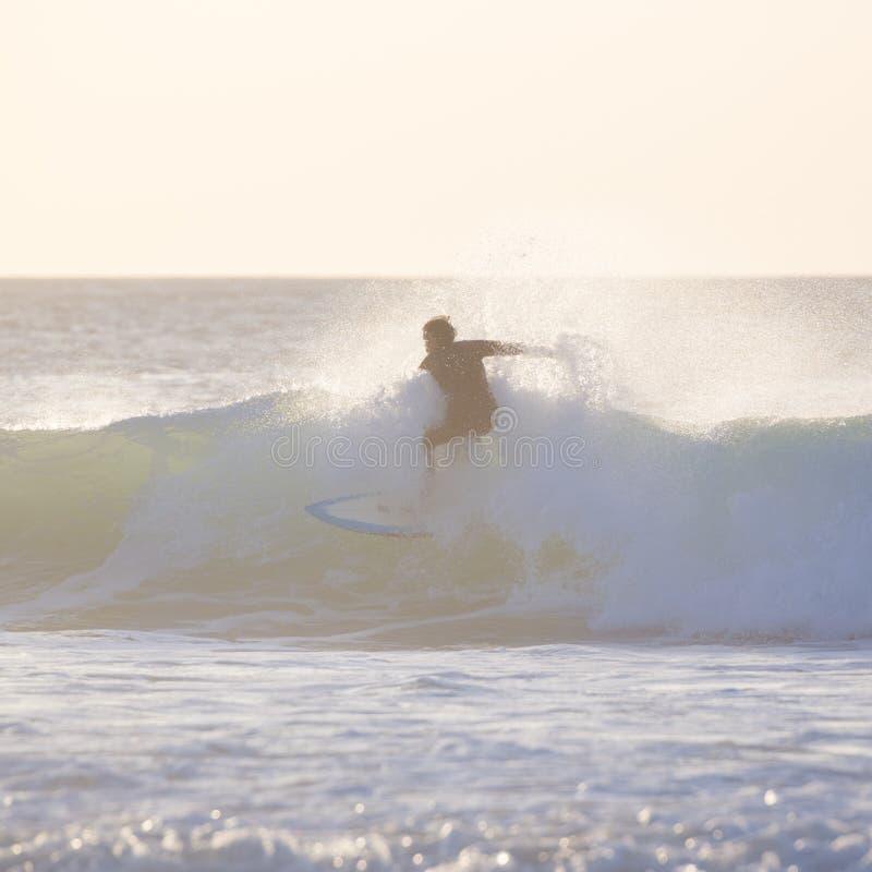 Surfista que monta uma onda grande imagem de stock