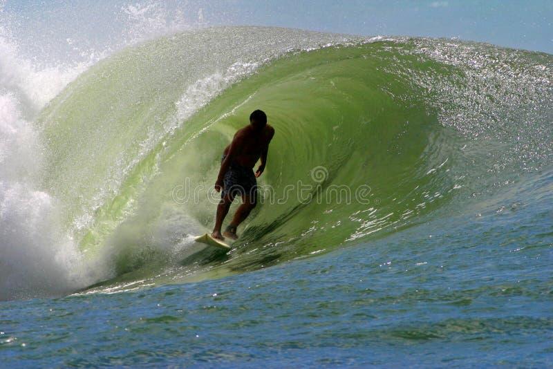 Surfista que surfa uma onda da tubulação imagens de stock royalty free