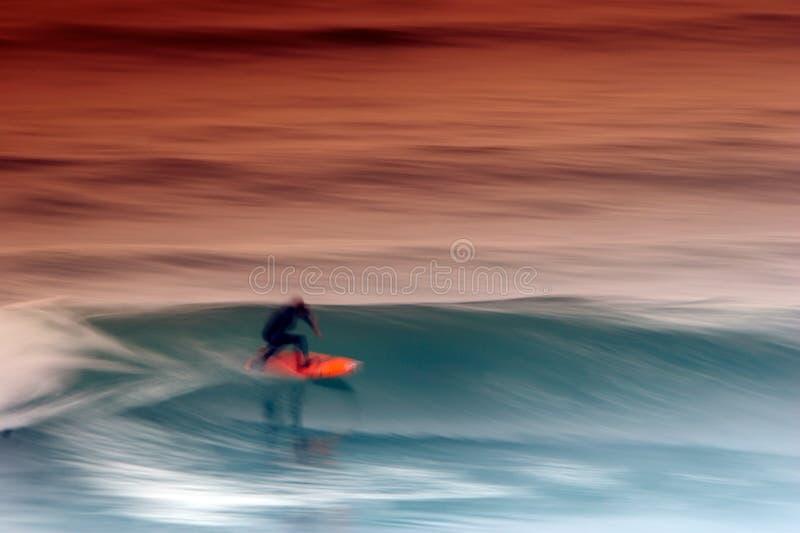 Surfista que trava a onda imagem de stock