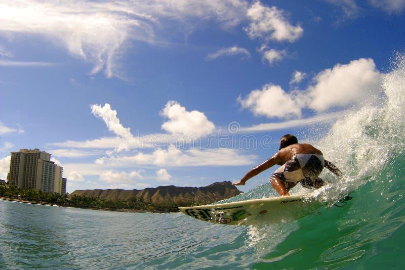 Surfista Seth Moniz che pratica il surfing alla spiaggia Hawai di Waikiki fotografia stock